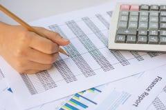 Concepto del negocio: El mercado de acción de la contabilidad financiera representa anal gráficamente Foto de archivo libre de regalías