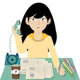 Concepto del negocio - empresaria que habla en el teléfono en el fondo blanco Fotografía de archivo libre de regalías
