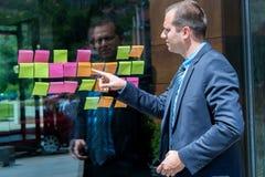 Concepto del negocio, del inicio, del planeamiento, de la gestión y de la gente - hap foto de archivo