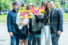 Concepto del negocio, del inicio, del planeamiento, de la gestión y de la gente - hap fotografía de archivo libre de regalías