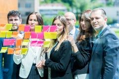 Concepto del negocio, del inicio, del planeamiento, de la gestión y de la gente - hap fotos de archivo libres de regalías