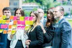 Concepto del negocio, del inicio, del planeamiento, de la gestión y de la gente - hap imagen de archivo