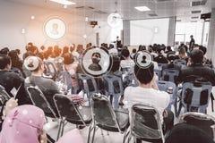 Concepto del negocio: la gente de Asia escucha en seminario del negocio presen Imagen de archivo libre de regalías