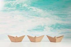 Concepto del negocio para el desafío y el movimiento: tres barcos de papel o Foto de archivo