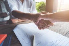Concepto del negocio, reuni?n del equipo para poner la estrategia, etiqueta del negocio, enhorabuena, apret?n de manos imagen de archivo