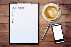 Concepto del negocio - tablero de la visión superior que escribe 2017 metas, pluma, c Foto de archivo
