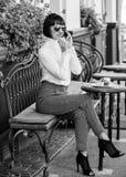 Concepto del ocio Se?ora de moda de la muchacha con smartphone Tiempo y ocio agradables Rel?jese y descanso para tomar caf? Feliz fotos de archivo libres de regalías