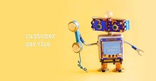Concepto del operador de centro de atención telefónica del servicio de atención al cliente Ayudante amistoso del robot con el tel imágenes de archivo libres de regalías