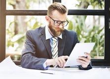 Concepto del ordenador portátil de Thinking Planning Working del hombre de negocios Fotos de archivo