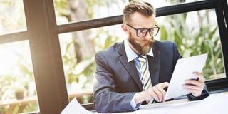 Concepto del ordenador portátil de Thinking Planning Working del hombre de negocios Fotos de archivo libres de regalías