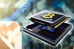 Concepto del oro B de Bitcoin en el chip de ordenador de la CPU Foto de archivo libre de regalías