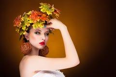 Concepto del otoño de la moda de mujer joven Imagen de archivo