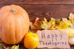 Concepto del otoño de opinión de las verduras desde arriba sobre un bolso y una tabla de madera marrón Día de la acción de gracia Foto de archivo