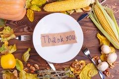 Concepto del otoño de opinión de las verduras desde arriba sobre un bolso y una tabla de madera marrón Día de la acción de gracia Foto de archivo libre de regalías