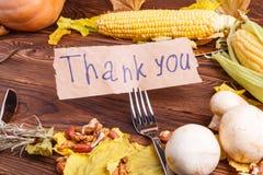 Concepto del otoño de opinión de las verduras desde arriba sobre un bolso y una tabla de madera marrón Día de la acción de gracia Fotos de archivo libres de regalías