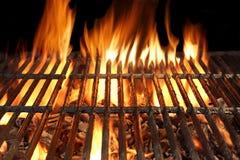 Concepto del partido, de la comida campestre o del Cookout del Bbq con carbón de leña llameante vacío Foto de archivo