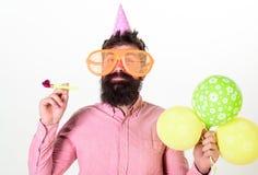 Concepto del partido Inconformista en gafas de sol gigantes que celebra cumpleaños El individuo en sombrero del partido con el cu Imagen de archivo libre de regalías