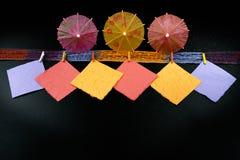 Concepto del partido - paraguas de papel coloridos, espacio de la copia Imágenes de archivo libres de regalías
