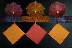 Concepto del partido - paraguas y notas de papel coloridos, espacio de la copia Imagenes de archivo