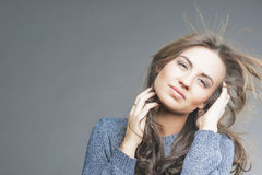 Concepto del pelo: Morenita sensual con del ir volando el pelo Fotografía de archivo