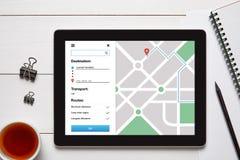 Concepto del perseguidor de la ubicación en la pantalla de la tableta Navegación ap del mapa de GPS Imágenes de archivo libres de regalías