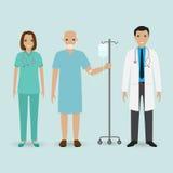 Concepto del personal hospitalario Doctor, enfermera y paciente mayor con el contador del descenso Gente médica fotografía de archivo libre de regalías