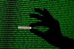 Concepto del pirata informático los códigos binarios y la mano del ordenador roban contraseña foto de archivo libre de regalías