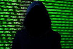 Concepto del pirata informático Persona irreconocible en la capilla foto de archivo