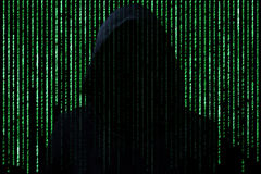 Concepto del pirata informático Persona irreconocible en los códigos de carácter del ordenador de la rotura de la capilla fotografía de archivo libre de regalías