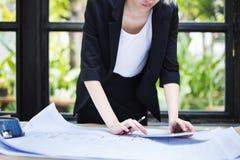 Concepto del plan de funcionamiento de Thinking Planning Strategy de la empresaria Fotografía de archivo libre de regalías