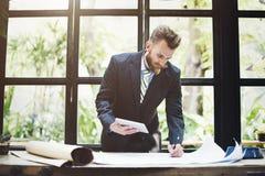 Concepto del plan de funcionamiento de Thinking Planning Strategy del hombre de negocios Imagenes de archivo