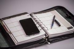 Concepto del planeamiento - calendario, teléfono móvil, pluma Foto de archivo libre de regalías