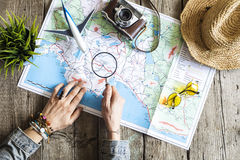 Concepto del planeamiento del viaje en mapa foto de archivo libre de regalías