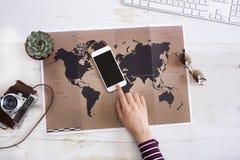 Concepto del planeamiento del viaje en mapa imágenes de archivo libres de regalías