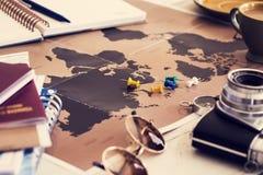 Concepto del planeamiento del viaje en mapa foto de archivo