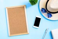 Concepto del planeamiento del viaje del verano de la visión superior con el sombrero blanco, ojo azul Fotos de archivo libres de regalías
