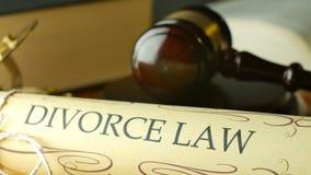 Concepto del pleito de la justicia de la ley de la corte de divorcio con el mazo y el martillo metrajes