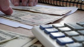 Concepto del préstamo Manos que cuentan dólares en un escritorio de oficina almacen de metraje de vídeo