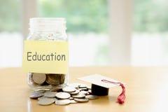 Concepto del presupuesto ahorros del dinero de la educación en un vidrio Fotos de archivo libres de regalías