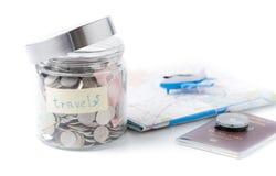 Concepto del presupuesto de viaje ahorros del dinero del viaje en un tarro de cristal fotografía de archivo