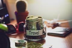 Concepto del presupuesto de viaje Dinero para los ahorros del viaje en un tarro de cristal o foto de archivo libre de regalías