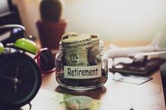 Concepto del presupuesto del retiro Dinero para los ahorros del retiro en un gla fotos de archivo