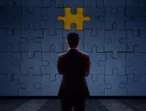 Concepto del problema del trabajo Detrás borroso lado de un hombre de negocios Standin foto de archivo libre de regalías