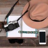 concepto del recorrido Accesorios de la mujer: bolso, gafas de sol y cámara Foto de archivo