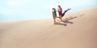 concepto del recorrido Dos hermanas gordeous de las mujeres que viajan en desierto Fotografía de archivo
