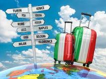 concepto del recorrido Maletas y poste indicador qué a visitar en Italia Imágenes de archivo libres de regalías