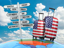 concepto del recorrido Maletas y poste indicador qué a visitar en los E.E.U.U. Fotos de archivo
