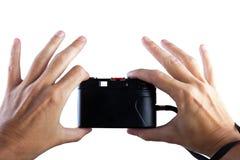 concepto del recorrido Mano que hace la foto con la cámara vieja fotografía de archivo