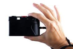 concepto del recorrido Mano que hace la foto con la cámara vieja imágenes de archivo libres de regalías