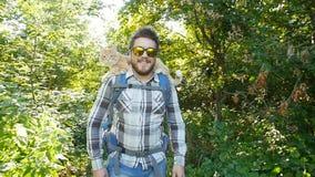concepto del recorrido Un backpacker masculino joven está viajando con su gato almacen de metraje de vídeo